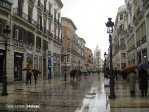 Calle Larios, en Málaga, mojada por la lluvia