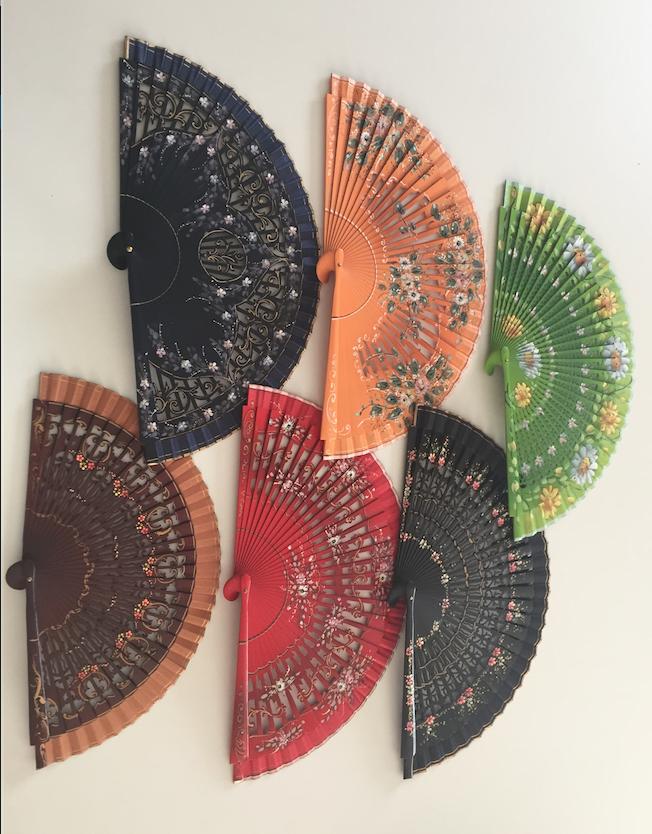 Seis abanicos de diferentes colores