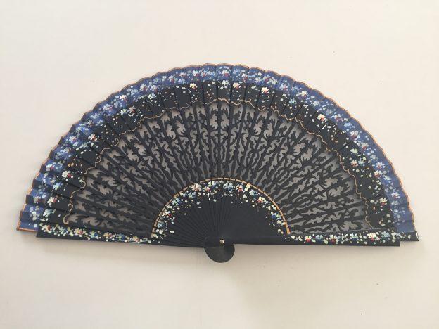 Abanico azul oscuro con borde más claro y siluetas de pájaros en las varillas